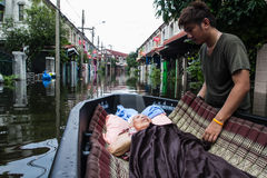 Nonthaburi-Flut in Lebensstil Thailands 2011-The von Leuten in mas Lizenzfreie Stockfotos