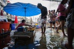 Nonthaburi-Flut in Lebensstil Thailands 2011-The von Leuten in mas Stockfotografie