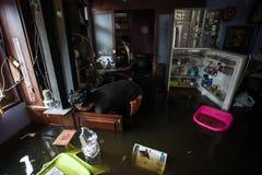 Nonthaburi-Flut in Lebensstil Thailands 2011-The von Leuten in mas Stockbild