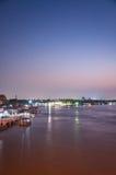 Nonthaburi, TAILÂNDIA - 10 de abril: 2016 O tempo Pakkret do pôr do sol é a Imagens de Stock