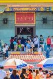 NONTHABURI, TAILÂNDIA - 28 DE JANEIRO DE 2017: O turista vem rezar Imagens de Stock
