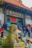 NONTHABURI, TAILÂNDIA - 28 DE JANEIRO DE 2017: O turista vem rezar Fotos de Stock Royalty Free