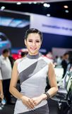 NONTHABURI, TAILÂNDIA - DEZEMBRO 9,2017: Carro modelo da menina em cabines na Motor-expo internacional 2017 de Tailândia Foto de Stock Royalty Free