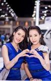 NONTHABURI, TAILANDIA - DICEMBRE 9,2017: Automobile di modello della ragazza sulle cabine all'Motore-Expo internazionale 2017 del Fotografia Stock