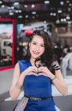 NONTHABURI, TAILANDIA - DICEMBRE 9,2017: Automobile di modello della ragazza sulle cabine all'Motore-Expo internazionale 2017 del Fotografie Stock