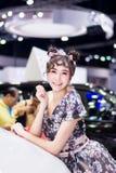 NONTHABURI, TAILANDIA - DICIEMBRE 9,2017: Coche modelo de la muchacha en cabinas en la Motor-expo internacional 2017 de Tailandia Foto de archivo