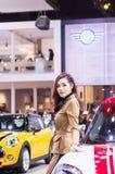 NONTHABURI, TAILANDIA - DICIEMBRE 9,2017: Coche modelo de la muchacha en cabinas en la Motor-expo internacional 2017 de Tailandia Imagenes de archivo