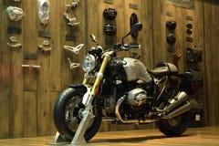 Nonthaburi TAJLANDIA, Kwiecień, - 6, 2018: BMW R nineT Scrambler, dziedzictwo motocykl powraca z powrotem legendarny scrambler Lu zdjęcia royalty free