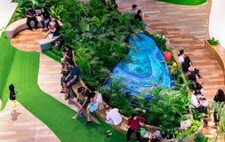 NONTHABURI TAJLANDIA, PAŹDZIERNIK, - 08: Zmęczeni kupujący biorą przerwę Fotografia Stock