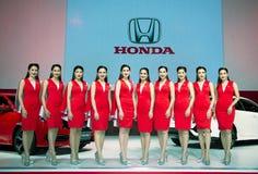 NONTHABURI, THAÏLANDE - DÉCEMBRE 9,2017 : La vue de la fille modèle avec toute la nouvelle voiture de Honda Civic sur des cabines Image stock