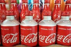 NONTHABURI, THAÏLANDE - MAI 24,2019 : Une rangée du déploiement classique de bouteilles de Coca Cola image libre de droits