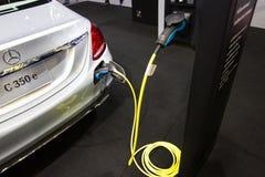 Nonthaburi Thailand: - 6. April 2017: Neue Automobilinnovationen, das Aufladen der Batterie für Mercedes-Benz Car Stockfotos