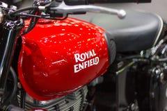 Nonthaburi Thailand: - 8 december, 2017: Close-up - Embleem` Koninklijke Enfield ` Rode Motorfiets Royalty-vrije Stock Foto