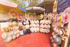 Nonthaburi, Thailand - December, 17, 2017: De winkel van de hoedenverscheidenheid bij Stock Foto