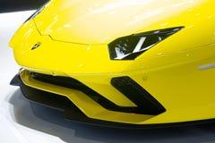 Nonthaburi Thailand - December 6, 2018: Lamborghini Aventador gula toppna sportbilar i motorexpo slut upp billyktor och arkivbilder