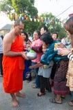 Nonthaburi, THAILAND - 1. Januar 2014    Nicht identifizierten buddhistischen Mönchen werden das Lebensmittel gegeben, das von den Lizenzfreies Stockbild