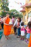 Nonthaburi, THAILAND - 1. Januar 2014    Nicht identifizierten buddhistischen Mönchen werden das Lebensmittel gegeben, das von den Stockfoto