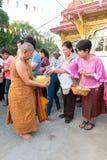 Nonthaburi, THAILAND - 1. Januar 2014    Nicht identifizierten buddhistischen Mönchen werden das Lebensmittel gegeben, das von den Stockbilder