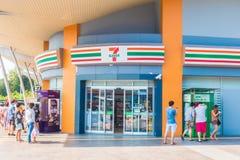 NONTHABURI THAILAND JANUARI 20 2018 7-11 är bekvämligheten shoppar a Royaltyfri Fotografi
