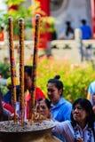 NONTHABURI, THAILAND - 28 JANUARI, 2017: De toerist komt bidden Stock Foto's