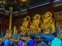 NONTHABURI, THAILAND - 28 JANUARI, 2017: De toerist komt bidden Stock Afbeeldingen