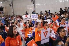 Nonthaburi, Thailand 2019,10 Maart: Audienve luistert aan politieke partijtoespraken, Toekomstige Voorwaartse Partij, pas gevormd royalty-vrije stock afbeelding