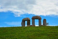Nonument en pierre au centenaire de l'indépendance de la République de la Lithuanie sur la colline près du lac Germanthas Paysage photographie stock