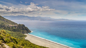 Nonza海滩和村庄在盖帽Corse的在可西嘉岛 免版税库存图片