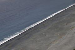 Nonza,在盖帽Corse,可西嘉岛,法国西海岸的灰色海滩  免版税库存图片