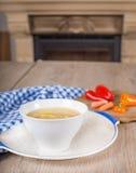 Noodle σούπα με τα καρότα και τα λαχανικά στο άσπρο κύπελλο Στοκ εικόνες με δικαίωμα ελεύθερης χρήσης