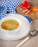 Noodle σούπα με τα καρότα και τα λαχανικά στο άσπρο κύπελλο Στοκ Φωτογραφία