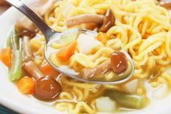 Noodle σούπα με τα μανιτάρια και τα λαχανικά Στοκ εικόνα με δικαίωμα ελεύθερης χρήσης
