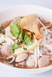 Noodle σούπα με τη σφαίρα και το χοιρινό κρέας ψαριών. Στοκ Φωτογραφία