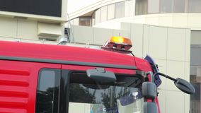 Noodsituatie oranje lichten bovenop vrachtwagenauto, de wegdienst stock videobeelden