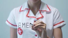 NOODSITUATIE, Vrouwelijke arts die op het transparante scherm schrijven stock videobeelden