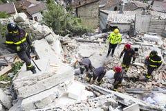 Noodsituatiearbeiders in aardbevingsschade, Pescara del Tronto, Italië Royalty-vrije Stock Fotografie