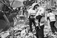 Noodsituatiebemanningen bij aardbeving, Pescara del Tronto, Italië Stock Foto's