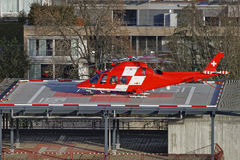 Noodsituatiehelikopter op het het ziekenhuisdak van de Thun-Stad royalty-vrije stock foto's