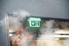 Noodsituatienooduitgang met rook en brandvlammen Royalty-vrije Stock Foto's