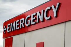 Noodsituatieteken bij het ziekenhuis stock afbeeldingen