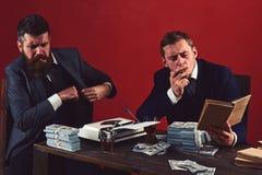 Noodzakelijke informatie Succesvolle investering in zaken De zakenlieden schrijven financieel verslag terwijl het drinken en het  stock fotografie