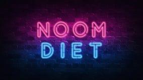 NOOM diety poj?cie Purpury i B??kitny Neonowy SIGNBOARD na ciemnej ?cianie z cegie? ilustracja 3 d ilustracji