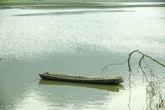 Noong łódź na jeziorze i jezioro fotografia stock
