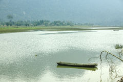 Noong łódź na jeziorze i jezioro zdjęcie stock