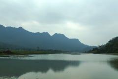 Noongmeer en berg Royalty-vrije Stock Foto's