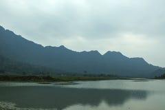 Noongmeer en berg Stock Foto's