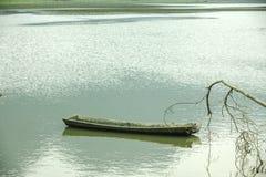 Noongmeer en boot op meer Stock Fotografie
