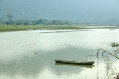 Noongmeer en boot op meer Stock Foto