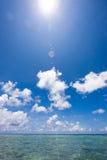 Noontime over duidelijk blauw tropisch water Stock Fotografie