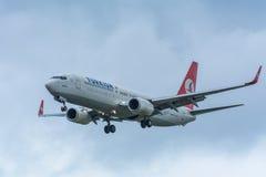 Noord荷兰/荷兰11月20-11-2015 -从土耳其航空TC-JGU波音737-800的飞机在斯希普霍尔机场登陆 免版税库存照片